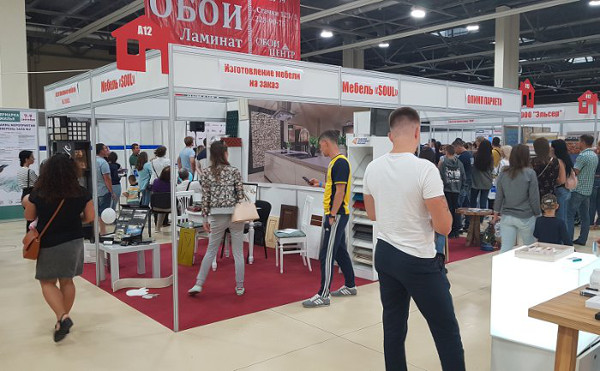 Посетители стенда МебельСоул на выставке Ярмарка жилья 2018